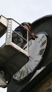 Technicien sur camion nacelle